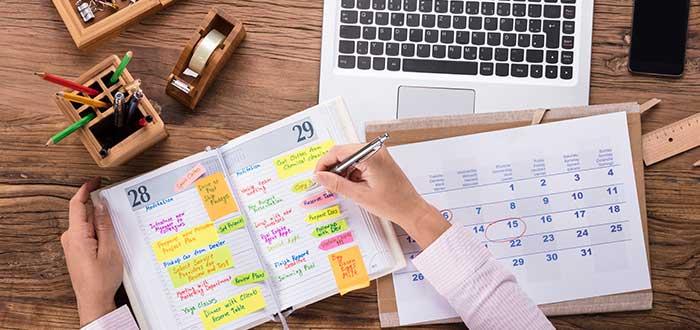 reglas_para_el_exito_persona_escribienldo_en_agenda_escritorio_personal