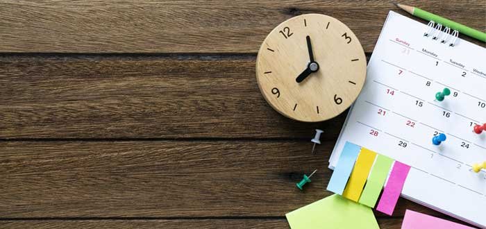 Un reloj y un calendario con la priorización de matriz Eisenhower