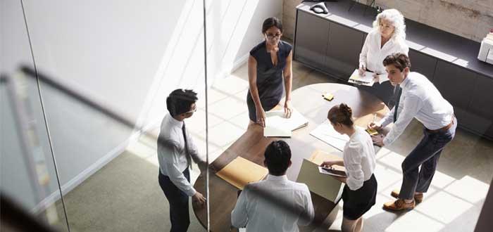 Reunión de equipo de trabajo alrededor de una mesa