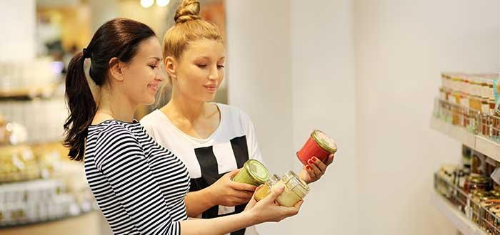 dos mujeres compraran precios de productos en supermercado sensibilidad al precio