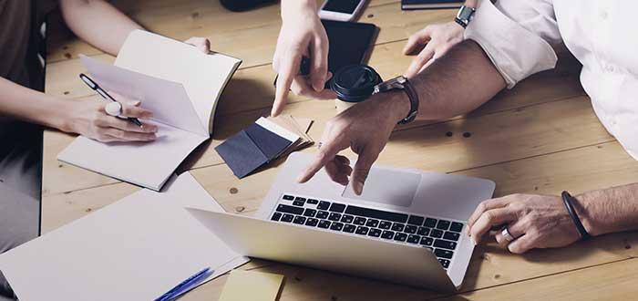 manos computadora señalan escriben trabajan