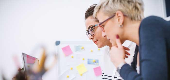 dos mujeres analizando información en computador mapa stakeholders