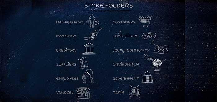 lista de stakeholder tiza sobre tablero