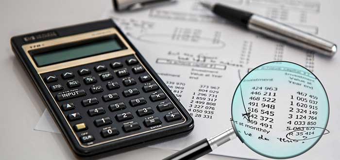 Calculadora y documentos con cifras de encuestas