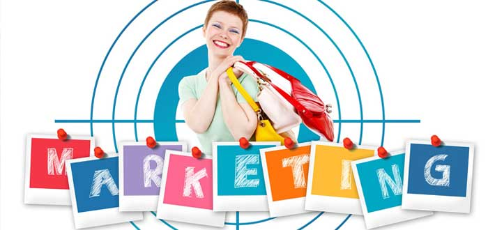 Compradora con paquetes sonríe con letrero de marketing