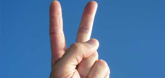 Los dedos hacen el símbolo de victoria