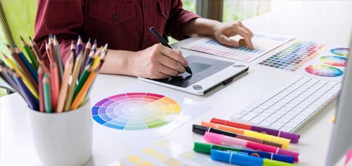 Diseñador trabaja los elementos gráficos de identidad