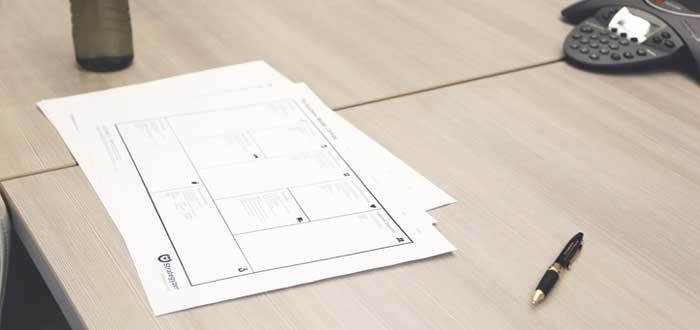 Documentos de escritorio con planes de negocios