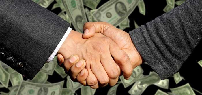 Dos ejecutivos cierran un negocio y estrechan la mano