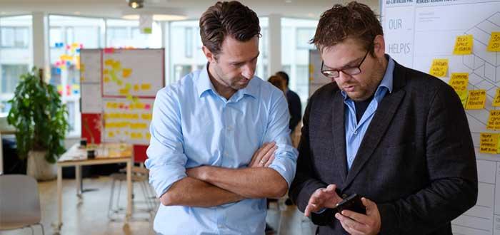 Dos empresarios hablan sobre estrategias de negocios