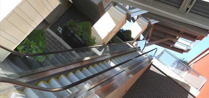 Edificios y escaleras con ángulos raros
