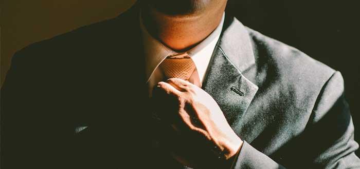 Un ejecutivo ajusta su corbata