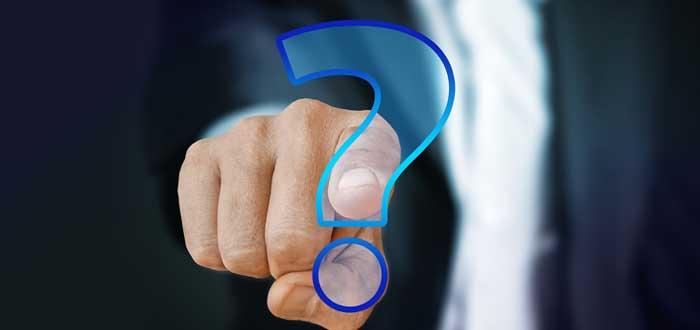 Emprendedor oprime imagen de signo de interrogación
