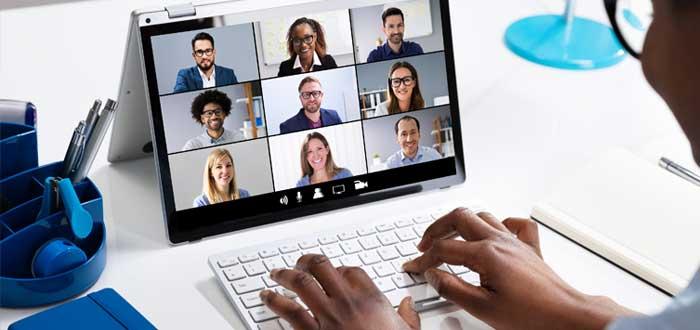 Empresaria observa candidatos en la computadora
