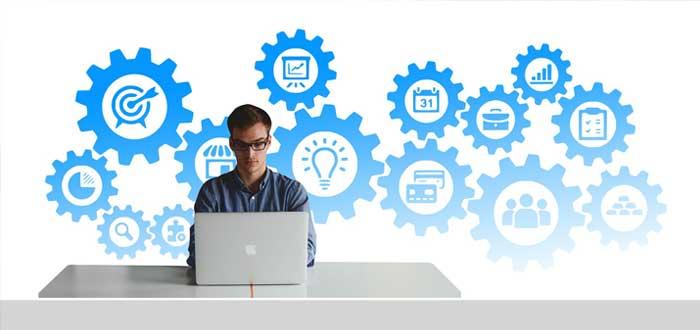 Un empresario reflexiona sobre ideas de negocio