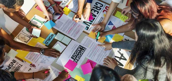 Equipo joven elabora manual de identidad corporativa