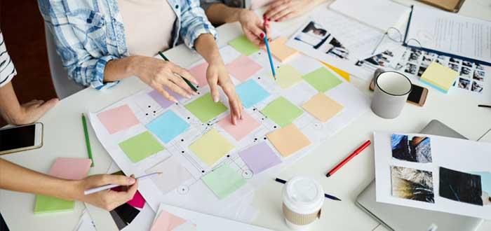 Un equipo trabaja sobre el modelo de negocios Canvas
