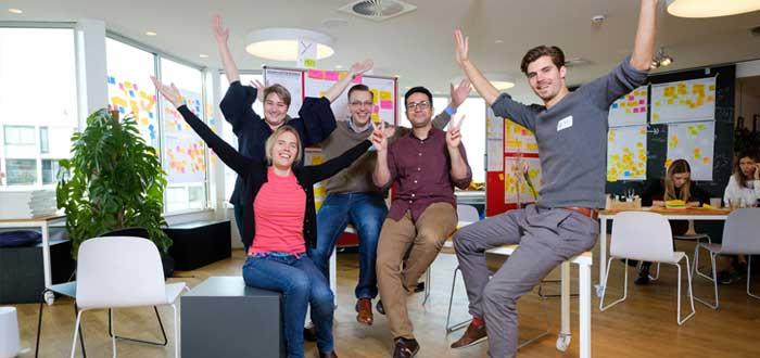 Un equipo de trabajo levanta los brazos