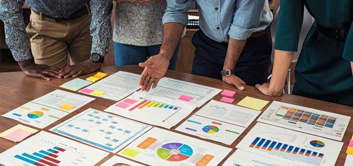Un equipo de trabajo revisa resultados de metodología Scrum