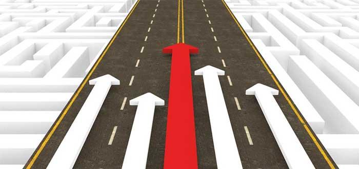Flechas en carretera como símbolo de competencia