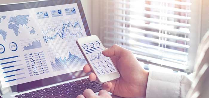 Gráficos de negocios en laptop y celular