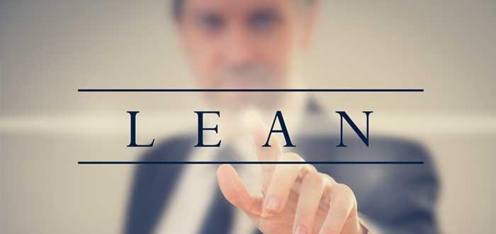 Hombre oprime con el dedo la palabra Lean
