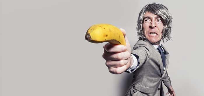 Un jefe agresivo apunta con una banana