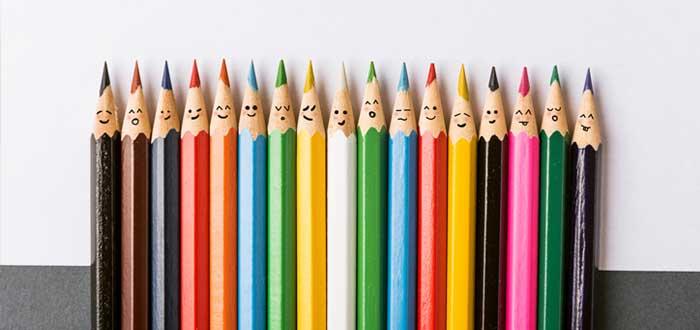Lápices de colores con caras que reflejan emociones