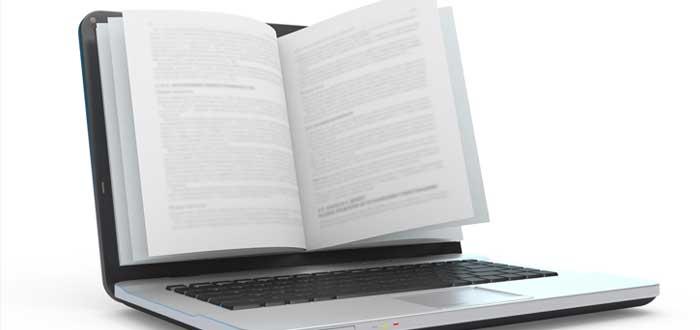 Laptop con el manual de identidad corporativa