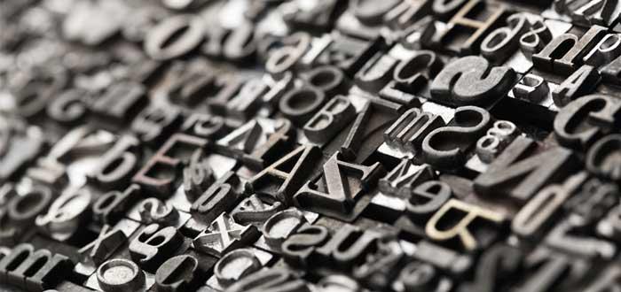 Letras de tipografía apiladas