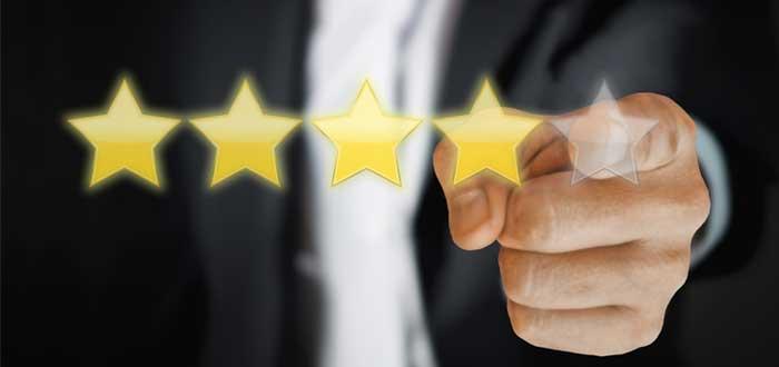Mano califica con estrellas la satisfacción del cliente