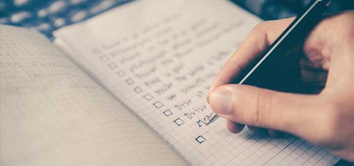 Mano de mujer completa una lista de comprobación