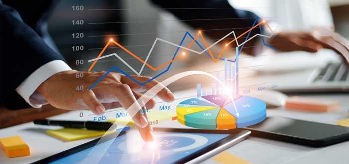 Manos de empresario que calcula en una tablet el plan de inversión