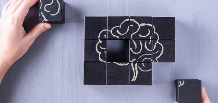 Manos forman un puzzle de cerebro