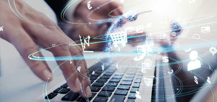 Mano en teclado de laptop y tecnología en red