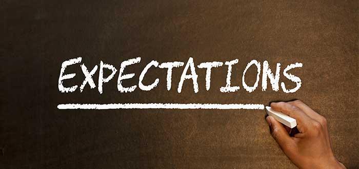 mano escribe expectations en tablero