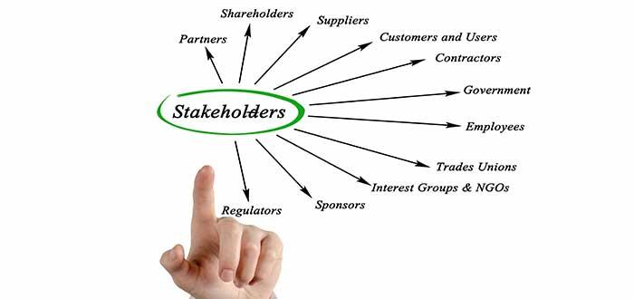 nombres de stakeholders mano señala