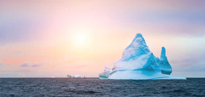 Metáfora de iceberg organizacional y atardecer