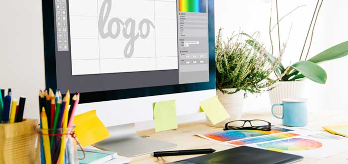 Monitor con la palabra logo e implementos de escritorio