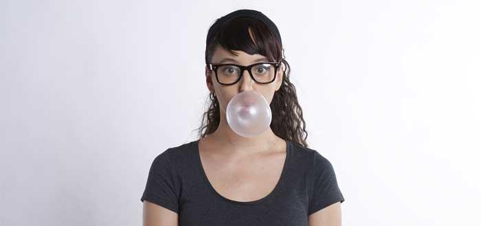 Una mujer con el efecto Dunning-Kruger hace una bomba de chicle
