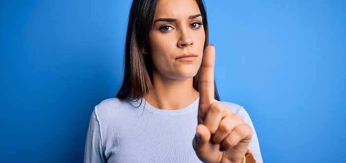 Mujer levanta el dedo índice
