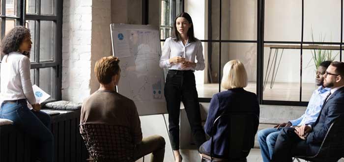 Mujer preside reunión de planificación de metodología Scrum