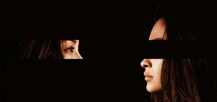 Una mujer con el rostro dividido por el efecto Dunning-Kruger