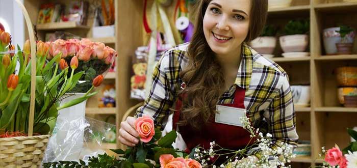 Mujer que vende rosas sonríe