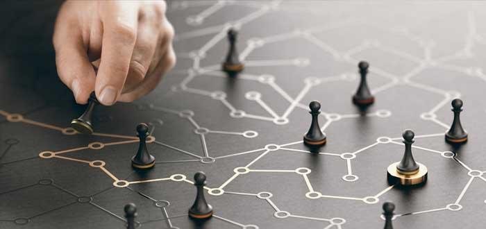 Peones de ajedrez y tablero con múltiples rutas