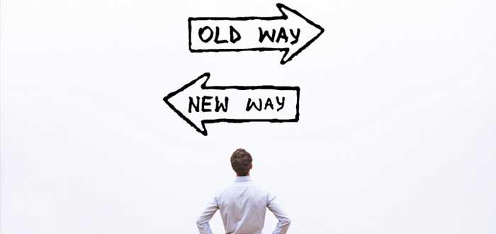 Persona frente a viejo camino y nuevo camino