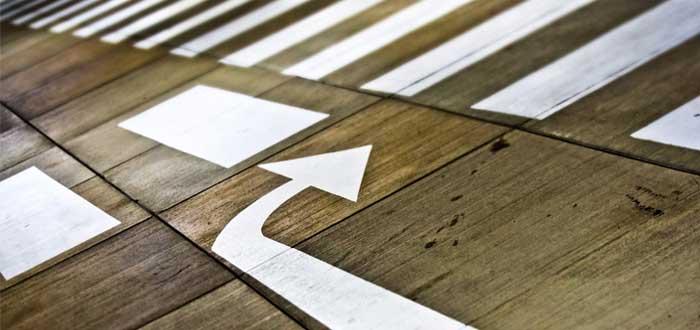 Signos en el piso y flecha de cambio de dirección
