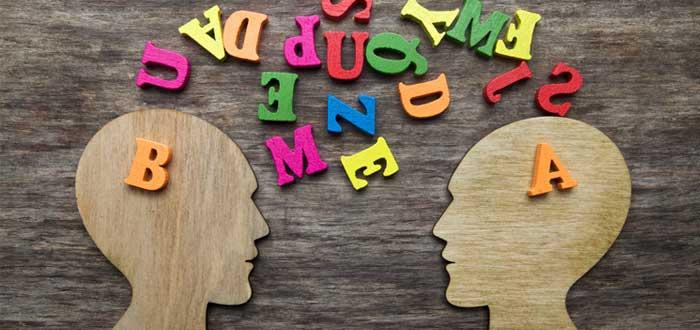 Siluetas de cabezas con comunicación inconsciente