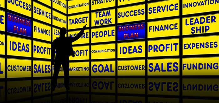 Sombra de un emprendedor frente a un tablero de problemas