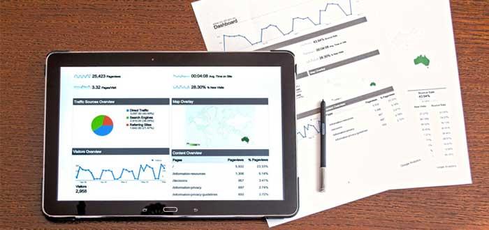 Tablet y documentos con datos de satisfacción del cliente